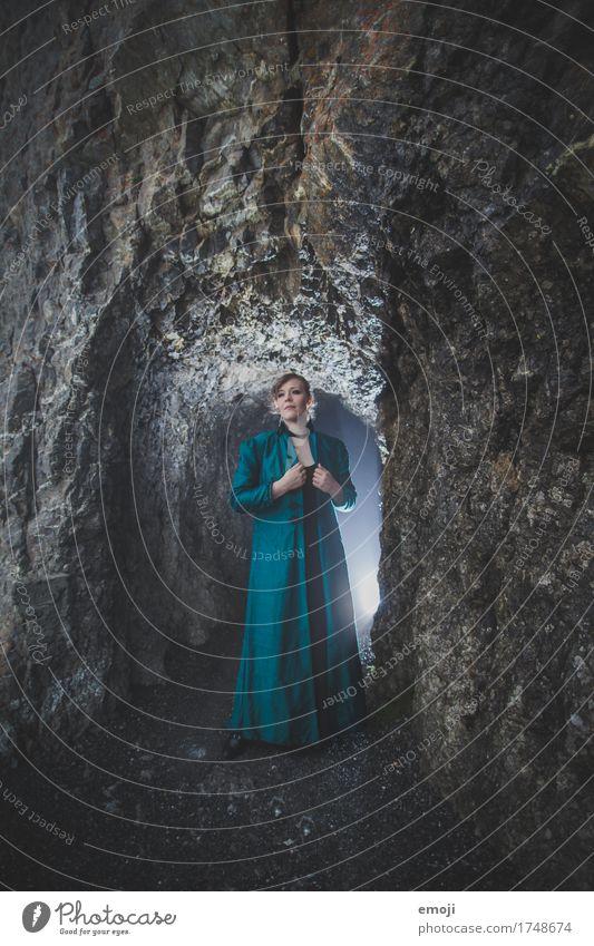 Madina feminin Frau Erwachsene 1 Mensch 18-30 Jahre Jugendliche Felsen Höhle außergewöhnlich dunkel mystisch Farbfoto Gedeckte Farben Außenaufnahme Nacht