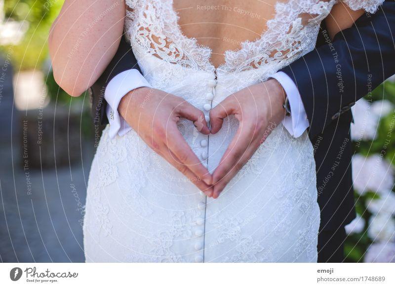 love Frau Erwachsene Mann Paar Partner 2 Mensch 18-30 Jahre Jugendliche Zusammensein Glück Klischee Herz Liebe Ehepaar Hochzeit Farbfoto Außenaufnahme
