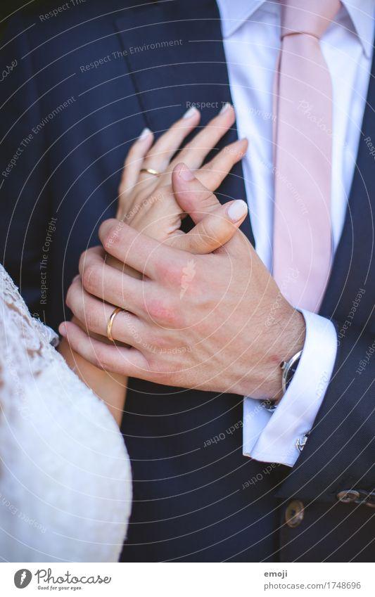 Versprechen Frau Erwachsene Mann Paar Partner Hand 2 Mensch 18-30 Jahre Jugendliche Schmuck Ring Zusammensein Glück Kitsch Klischee Hand in Hand Ehering