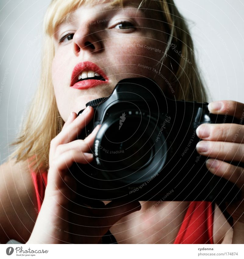 Fin Frau Mensch Jugendliche schön Gesicht Leben Erotik Gefühle Erwachsene träumen Freizeit & Hobby Fotografie ästhetisch einzigartig Kommunizieren Fotokamera