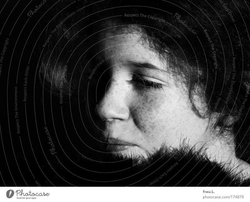 Federn Schwarzweißfoto Innenaufnahme Textfreiraum links Tag Kontrast Sonnenlicht Starke Tiefenschärfe Zentralperspektive Porträt Halbprofil Mensch feminin Kind