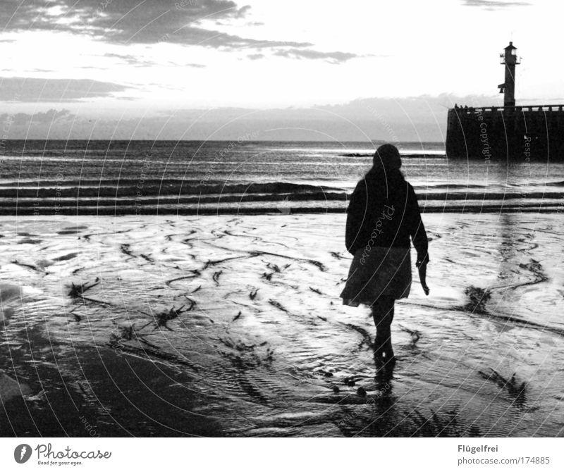 Wie das Land, so das... Mensch Kind Himmel Jugendliche Meer Einsamkeit Wolken Strand ruhig dunkel kalt feminin Traurigkeit Sand Denken gehen