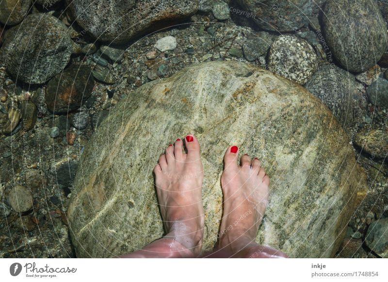 kaltes, klares Wasser Mensch Frau Natur Sommer schön ruhig Erwachsene Leben Gesundheit Stein See Fuß Felsen Freizeit & Hobby