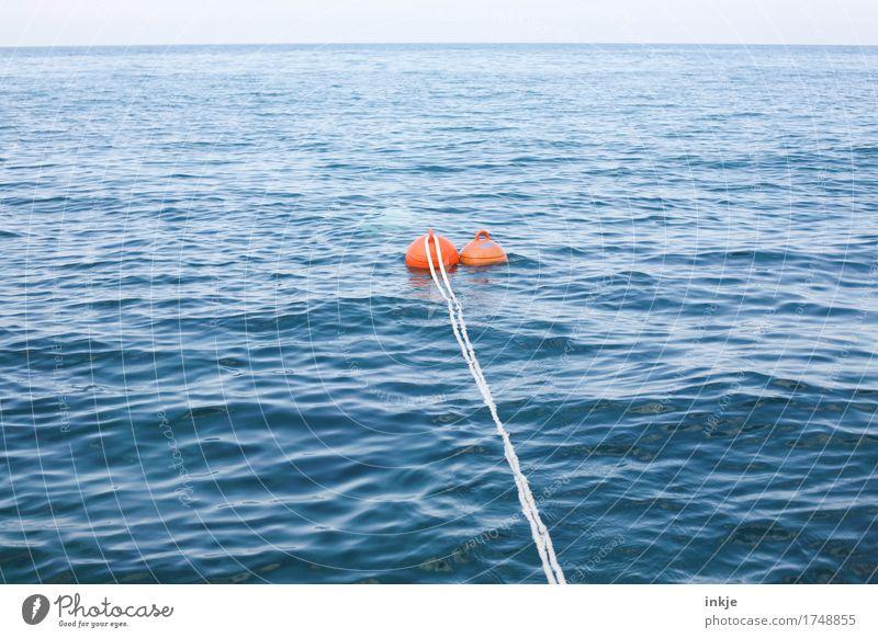 Eine Fahrt ins Blaue. Umwelt Wasser Horizont Sommer Schönes Wetter Wellen Meer Schifffahrt Seil Boje Schwimmen & Baden blau orange weiß Pause Sicherheit Ferne