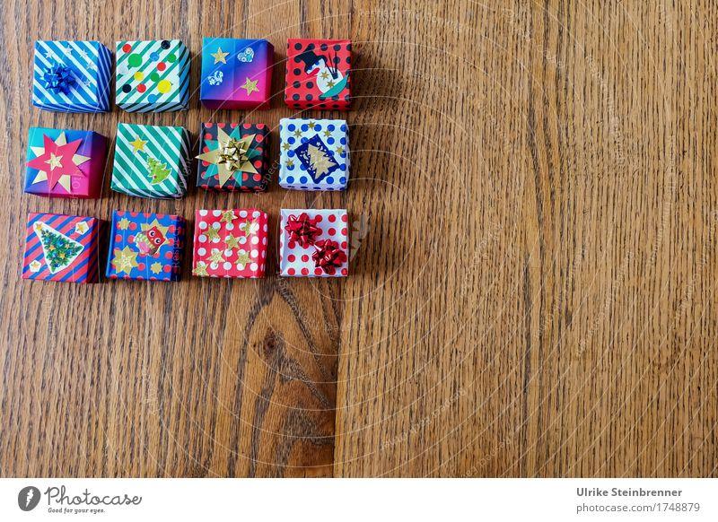Päckle 1 kaufen Weihnachten & Advent Geschenk Ornament Streifen Schleife liegen eckig Fröhlichkeit schön Vorfreude Paket Verpackung Papier Holz Holztisch