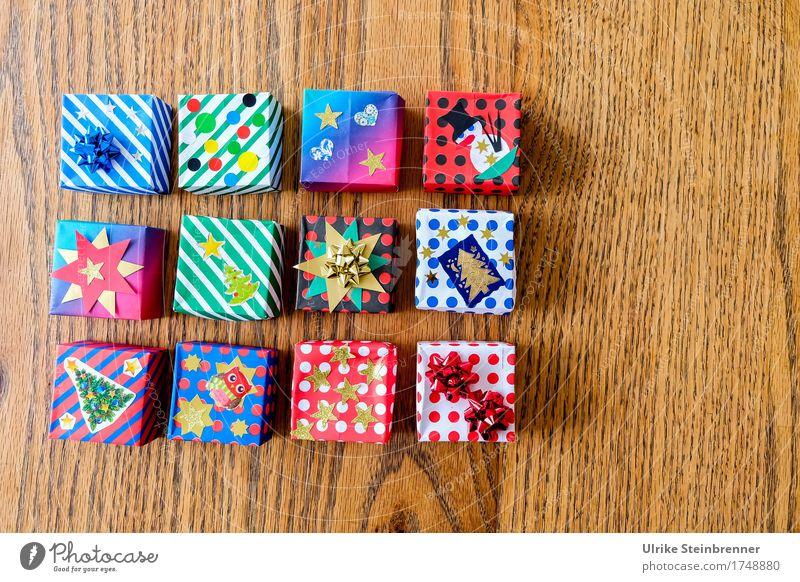 Päckle 4 kaufen Weihnachten & Advent Geschenk Streifen Schleife liegen eckig Fröhlichkeit schön Vorfreude Paket Verpackung Papier Holz Holztisch Basteln Quadrat