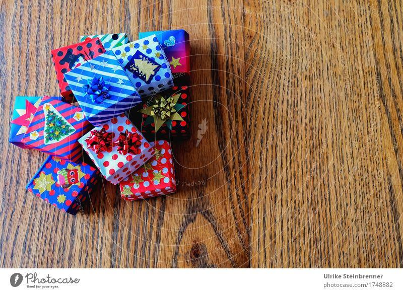 Noch mehr Päckle 1 Weihnachten & Advent Holz Feste & Feiern Linie liegen Dekoration & Verzierung Fröhlichkeit einzigartig Geschenk kaufen Papier Streifen geheimnisvoll viele Überraschung eckig
