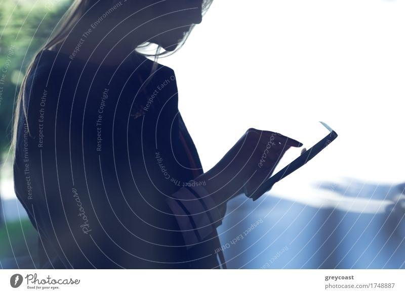 Silhouette einer Frau, die ein Touchpad benutzt. Schuss auf hellem Licht Hintergrund Computer Technik & Technologie Mensch Mädchen Junge Frau Jugendliche 1