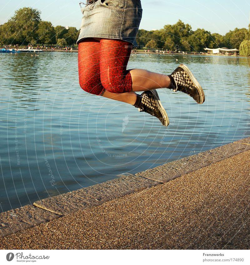 Hüpfende Schenkel Mensch Jugendliche Wasser Himmel Baum Sommer Leben feminin springen Fuß Park Beine Tanzen Erwachsene Schuhe fliegen