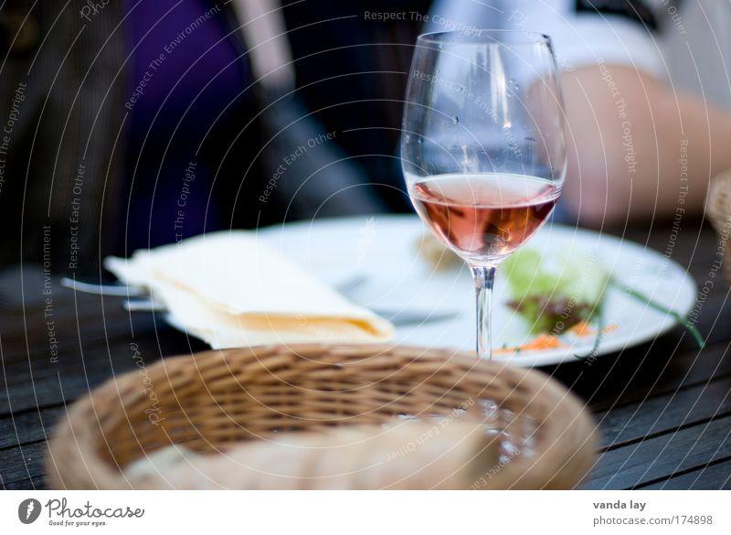 Mahlzeit Farbfoto Außenaufnahme Nahaufnahme Tag Schwache Tiefenschärfe Lebensmittel Brot Ernährung Slowfood Italienische Küche Getränk Alkohol Wein Lifestyle