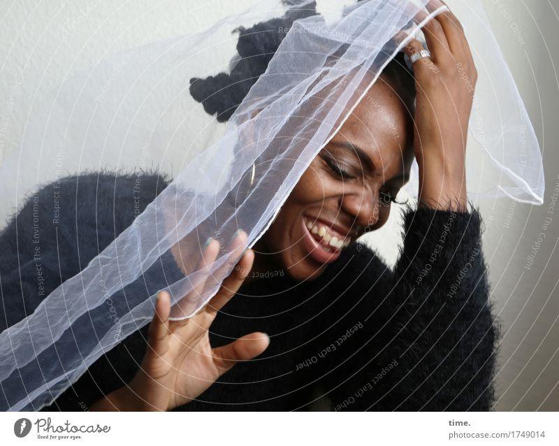 . feminin 1 Mensch Pullover Stoff Schmuck Ring Ohrringe Haare & Frisuren schwarzhaarig kurzhaarig Lächeln Spielen schön wild Gefühle Freude Glück Fröhlichkeit