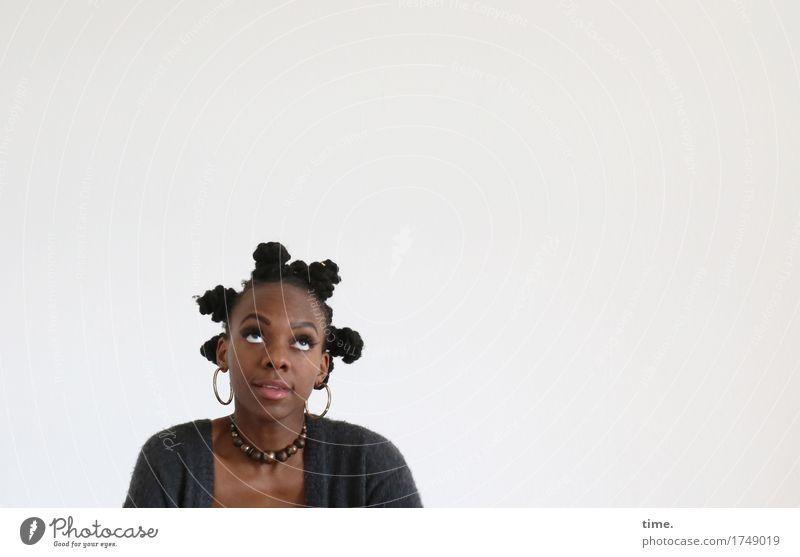 . feminin Frau Erwachsene 1 Mensch Jacke Schmuck Ohrringe Haare & Frisuren schwarzhaarig langhaarig Locken Zopf Afro-Look beobachten Blick außergewöhnlich