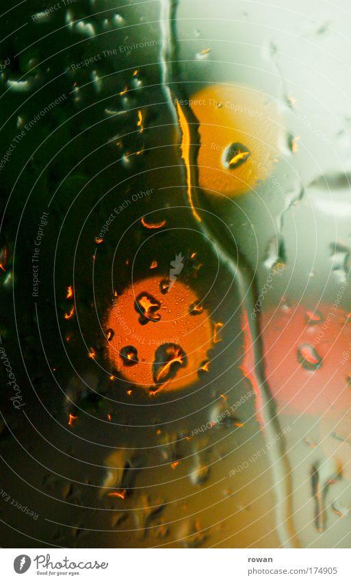 drei grün rot gelb Fenster Regen Glas Wassertropfen nass 3 Kreis trist rund Tropfen Punkt Unwetter Fensterscheibe