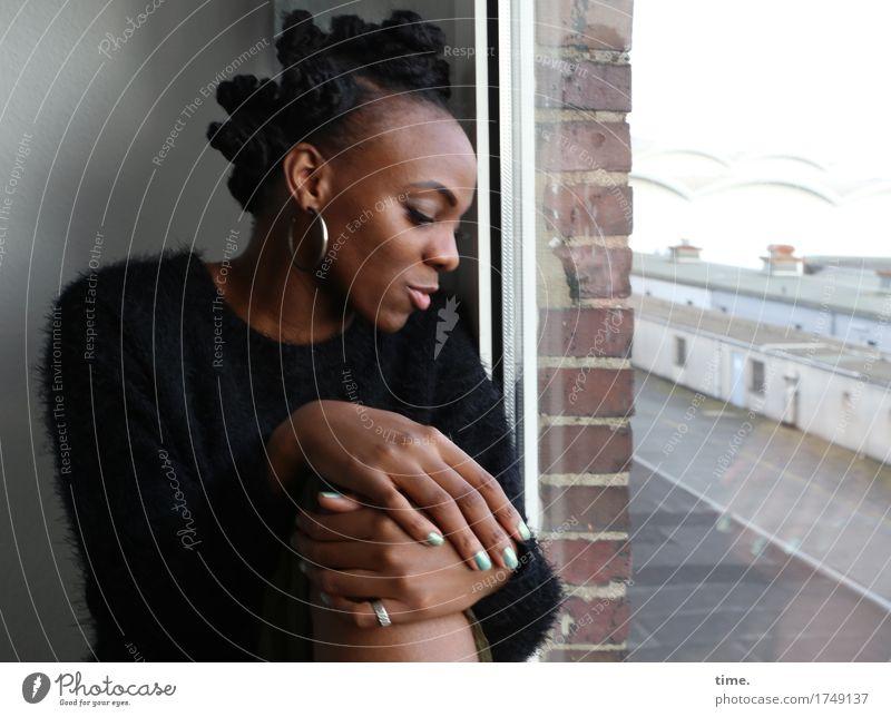 . Raum feminin 1 Mensch Fenster Pullover Schmuck Ring Ohrringe Haare & Frisuren schwarzhaarig kurzhaarig beobachten Denken Blick sitzen warten schön