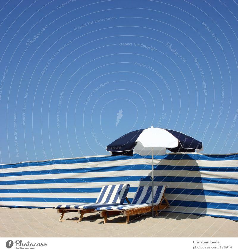 Stripes Himmel weiß blau Strand Erholung Paar Linie 2 paarweise Streifen Liege Sonnenschirm Meer Sonnenbad gemütlich Kapitalwirtschaft