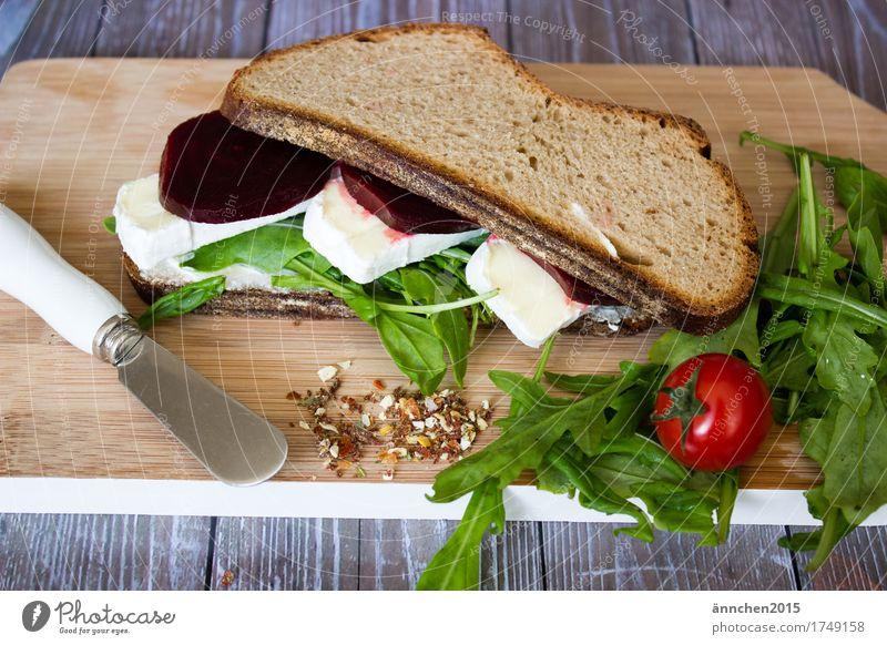Stulle II Messer Tomate Rote Beete Salat Rucola Brie Käse Brot Schneidebrett Gesundheit Gesunde Ernährung Speise Essen Foodfotografie Frühstück Slowfood