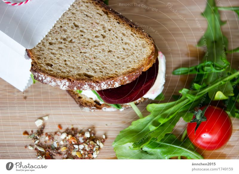 Brotzeit I Messer Tomate Rote Beete Salat Rucola Brie Käse Schneidebrett Gesundheit Gesunde Ernährung Speise Essen Foodfotografie Frühstück Slowfood Schmiererei