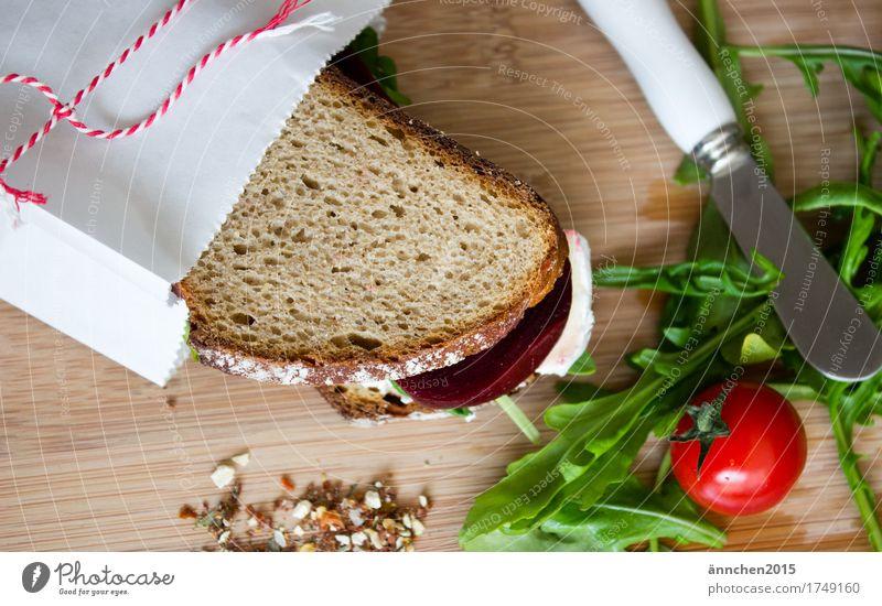 Superstulle Verpackung Belegtes Brot Pergamentpapier Schnurren verpackt einpacken Tomate Rote Beete Salat Rucola Brie Käse Schneidebrett Gesundheit