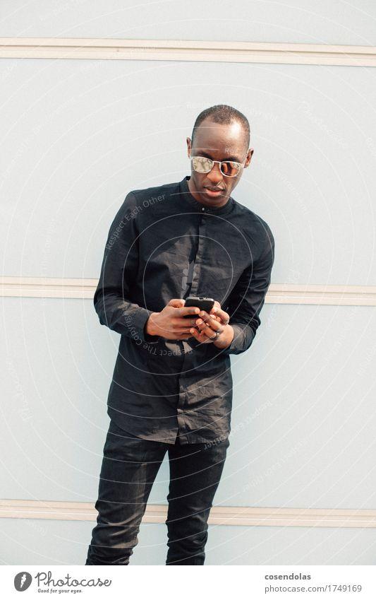 1 nicer boy mit phone Mensch Jugendliche Stadt Junger Mann 18-30 Jahre Erwachsene Lifestyle Stil Spielen maskulin Freizeit & Hobby Telekommunikation Internet