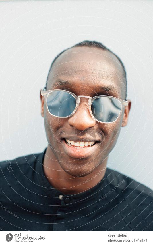 portrait in the sun Lifestyle Stil Freizeit & Hobby Student maskulin Junger Mann Jugendliche 1 Mensch 18-30 Jahre Erwachsene Hemd schwarzhaarig kurzhaarig