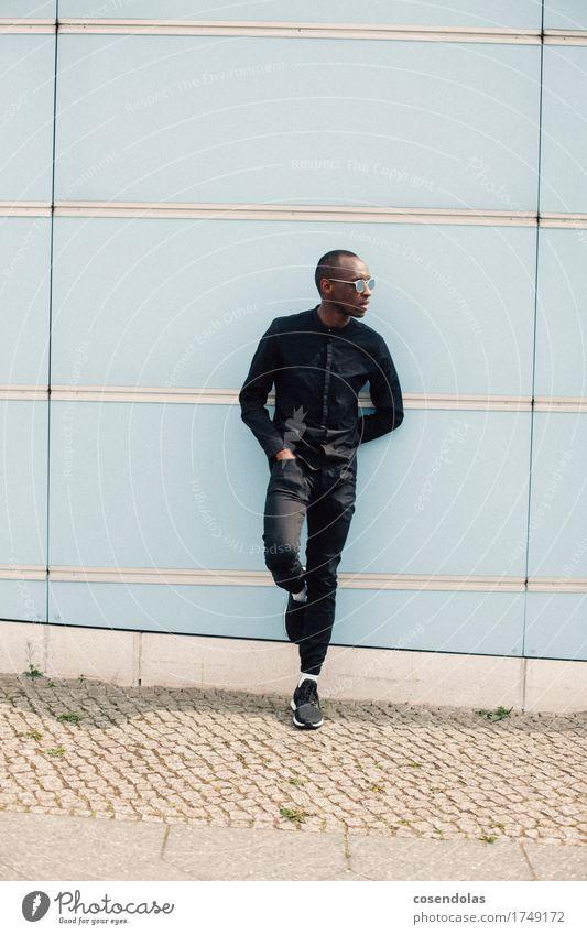 Typ Lifestyle Stil Student maskulin Junger Mann Jugendliche 1 Mensch 18-30 Jahre Erwachsene Hauptstadt Stadtzentrum Mauer Wand Mode Bekleidung Hemd Hose