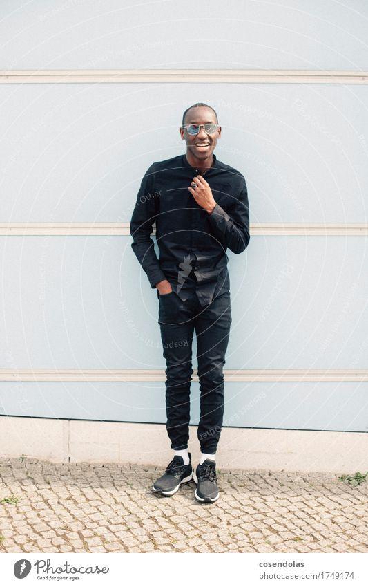 030 Mensch Jugendliche Junger Mann Freude 18-30 Jahre Erwachsene Lifestyle Stil lachen Mode maskulin authentisch stehen Fröhlichkeit Lächeln Lebensfreude