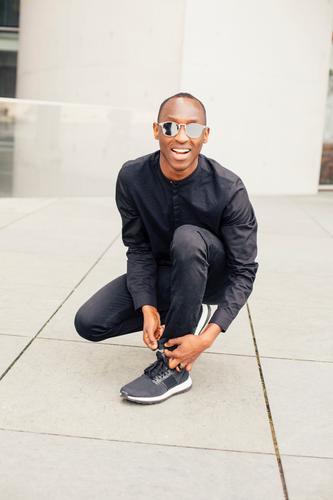 Schnüren Lifestyle Stil Freizeit & Hobby Fitness Sport-Training Joggen Student maskulin Junger Mann Jugendliche 1 Mensch 18-30 Jahre Erwachsene Jugendkultur