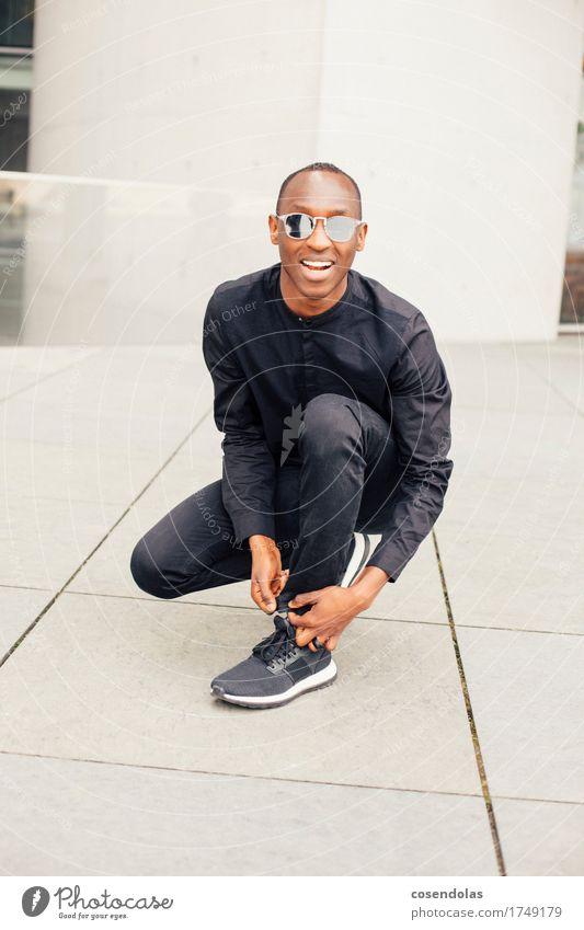 Schnüren Mensch Jugendliche Stadt Junger Mann 18-30 Jahre Erwachsene Bewegung Sport Lifestyle Stil lachen Mode maskulin Freizeit & Hobby authentisch laufen