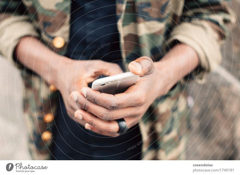 min Jung mitn Smartenphone Mensch Jugendliche Mann Hand Junger Mann 18-30 Jahre Erwachsene Lifestyle Stil Mode maskulin Freizeit & Hobby authentisch