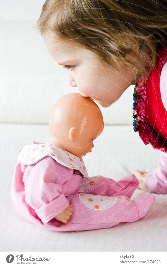 Puppenmama Kind Kleinkind süß Mädchen Stupsnase Haare & Frisuren Küssen rosa goldig Gefühle Erziehung Puppenmutter Verantwortung Kinderspiel