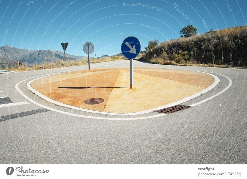 insel Umwelt Natur Landschaft Berge u. Gebirge Verkehr Verkehrswege Straße fahren blau Verkehrsschild Verkehrsinsel Kreisverkehr Straßenbelag Farbfoto