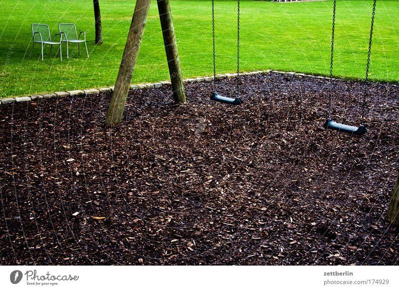 Demografie Schaukel Spielplatz leer ausdruckslos Menschenleer ausgestorben mulch rindenmulch Stuhl Sitzgelegenheit Bank Gras Rasen Sportrasen Wiese Liegewiese