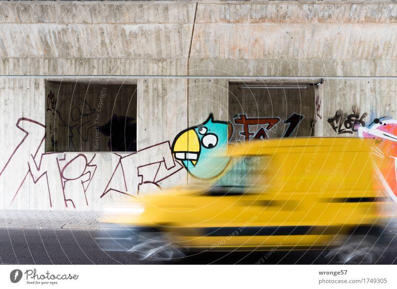 Urbaner Raum Stadt rot gelb Wand Graffiti Mauer grau Vogel PKW Schriftzeichen Geschwindigkeit Beton Brücke fahren türkis Fahrzeug