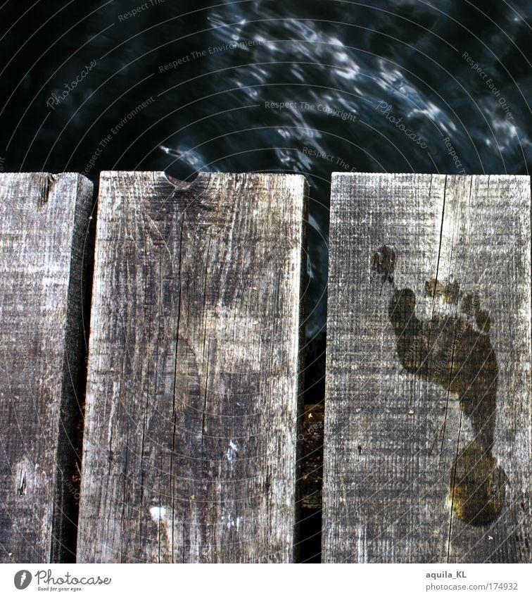 ein kleiner Schritt Farbfoto Außenaufnahme Menschenleer Tag Fuß heiß Abdruck Holzbrett Wasser Steg