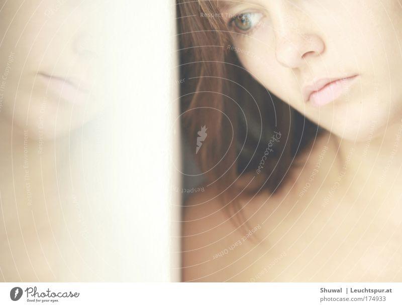 Human Nature Gedeckte Farben Innenaufnahme Morgen Porträt Wegsehen schön Körperpflege Sinnesorgane ruhig feminin Junge Frau Jugendliche Kopf Gesicht Mund Lippen
