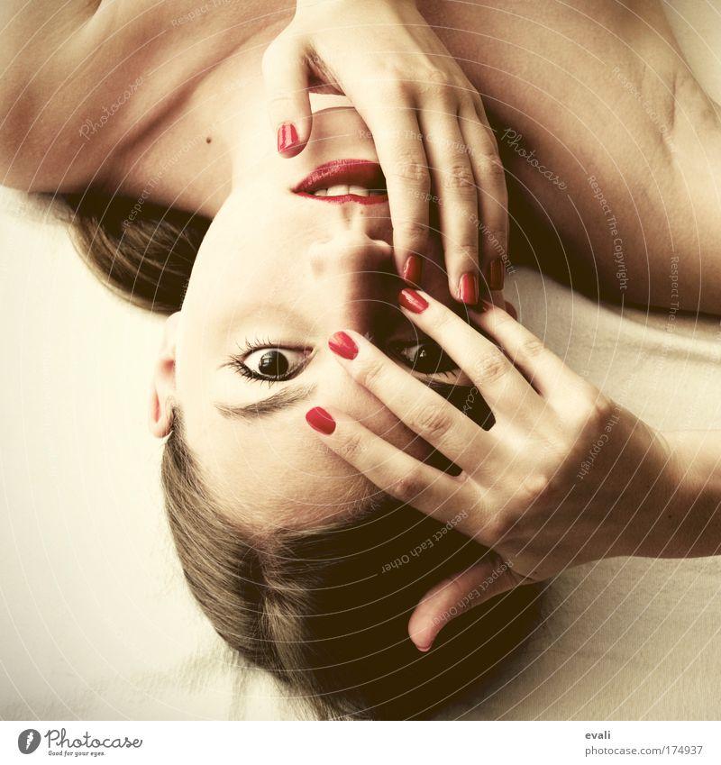I love red Farbfoto Kunstlicht Vogelperspektive Porträt Blick schön Haut Gesicht Schminke Lippenstift Nagellack Mensch feminin Junge Frau Jugendliche Kopf