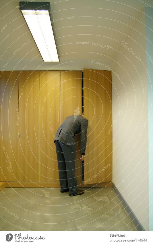 Mann im Schrank Farbfoto Innenaufnahme Hintergrund neutral Kunstlicht Ganzkörperaufnahme Büroarbeit Feierabend maskulin Erwachsene 1 Mensch Anzug schlafen