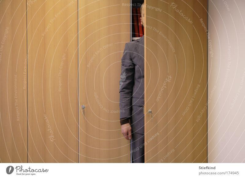 Mann im Schrank Mensch Erwachsene Büro blond maskulin Sicherheit 18-30 Jahre Hose skurril Anzug Junger Mann Schranktüren