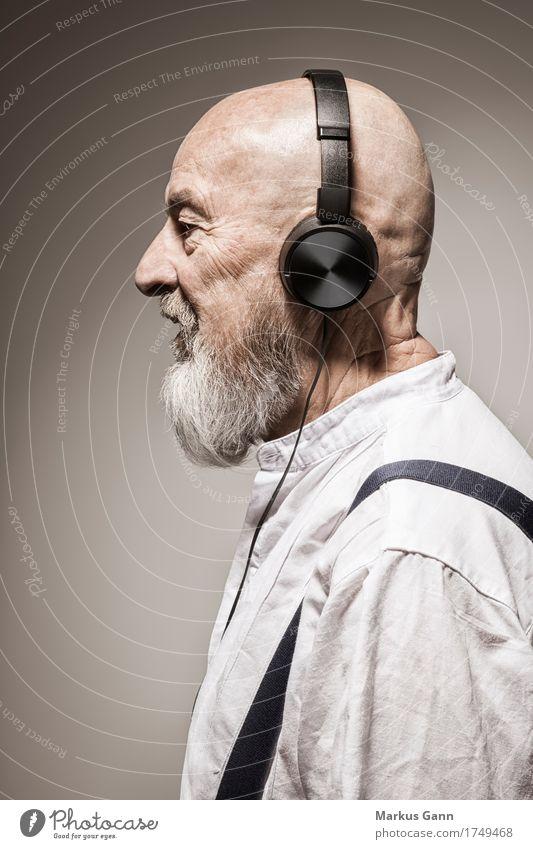 old music Lifestyle Stil Musik Mensch maskulin Senior Coolness Kopfhörer Klang Lied beige hören Profil Glatze Bart schwarz Farbfoto Studioaufnahme Porträt