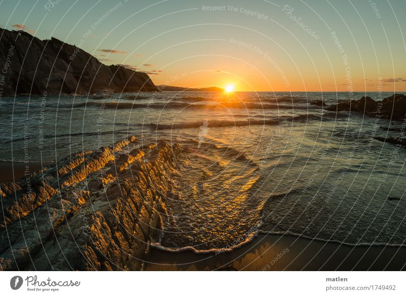 Blinzel Landschaft Wasser Himmel Wolkenloser Himmel Horizont Sonnenaufgang Sonnenuntergang Sommer Wetter Schönes Wetter Felsen Wellen Küste Strand Bucht Meer