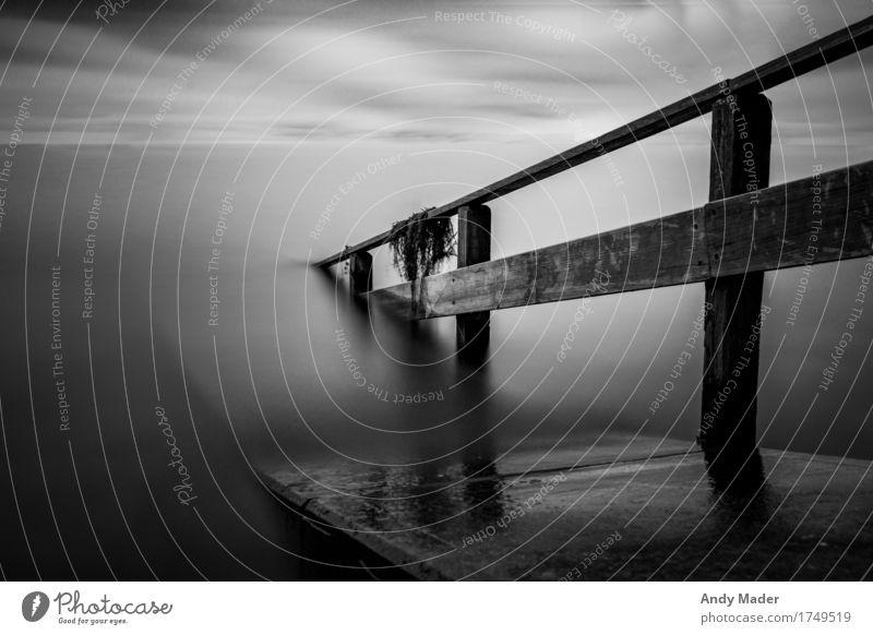 pier in black and white long time capture Natur Wasser Meer Wolken Tier ruhig Küste See Wind Bucht Unwetter schlechtes Wetter Gewitterwolken Wolkenschleier
