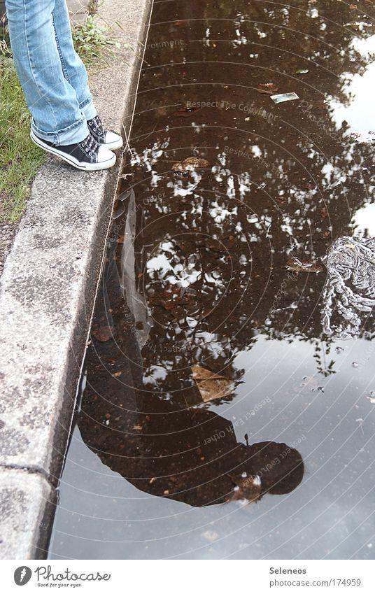 Spieglein, Spieglein Mensch Jugendliche Straße Umwelt Bewegung Beine Fuß Regen Zufriedenheit Schuhe Freizeit & Hobby Klima beobachten Jeanshose Junge Frau