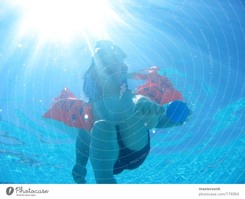 swimming baby Farbfoto mehrfarbig Außenaufnahme Unterwasseraufnahme Licht Kontrast Sonnenlicht Sonnenstrahlen Blick Blick nach oben Kind Kleinkind Kindheit