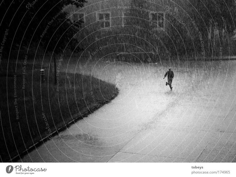 Die Flucht Mensch maskulin laufen rennen Regen Gewitter Sturm Hagel Einsamkeit nass feucht kalt trocken Schwarzweißfoto Außenaufnahme Kontrast