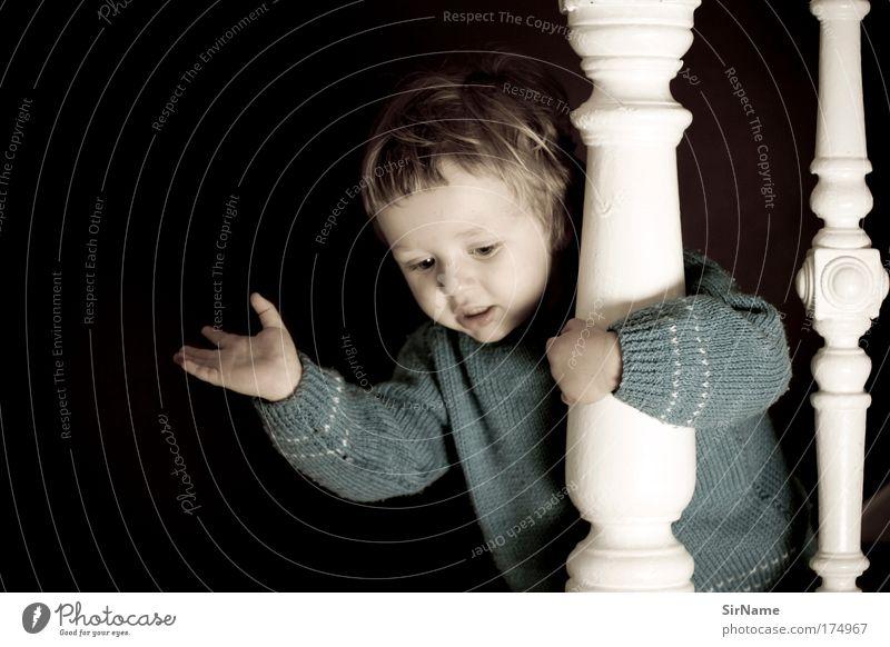 113 [I can see you!] Mensch Kind blau schön Freude Spielen Holz braun Stimmung Kindheit Angst blond Treppe sitzen Kommunizieren niedlich