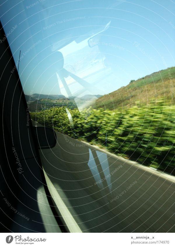 Unterwegs .. Farbfoto Natur Landschaft Schönes Wetter Sträucher Hügel Autofahren Straße PKW