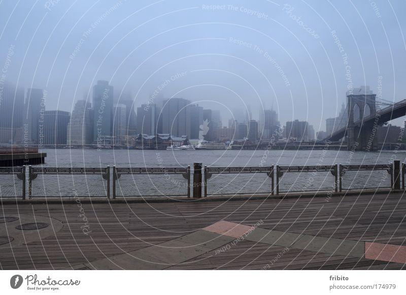 Skyline im Nebel! Farbfoto Gedeckte Farben Außenaufnahme Menschenleer Tag Totale Kapitalwirtschaft Wolken Fluss New York City USA Hafenstadt Stadtzentrum