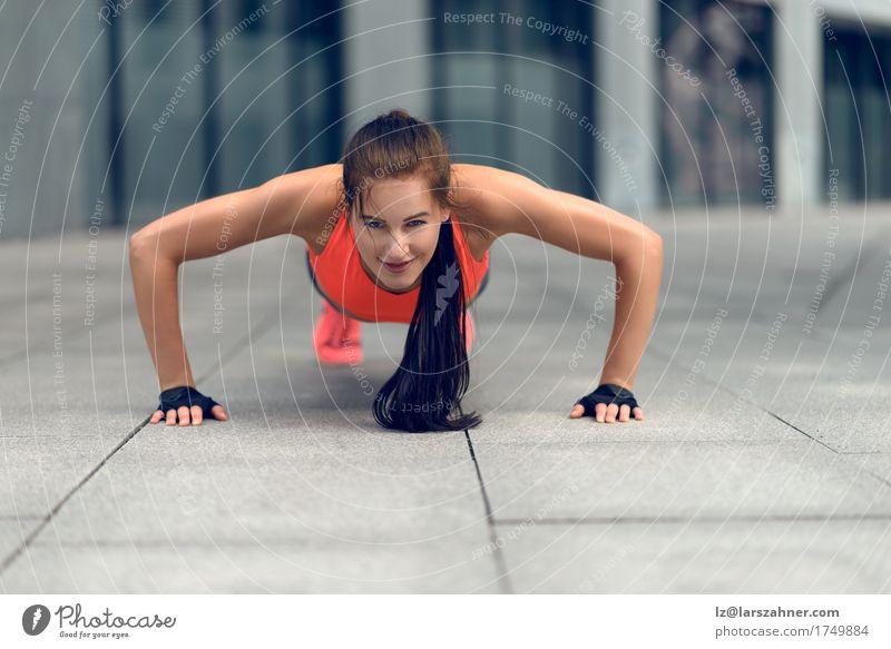 Geeignete junge Frau, die StoßUPS tut Mensch Jugendliche Sommer 18-30 Jahre Gesicht Erwachsene Sport Lifestyle Textfreiraum Fitness dünn brünett Kleinstadt