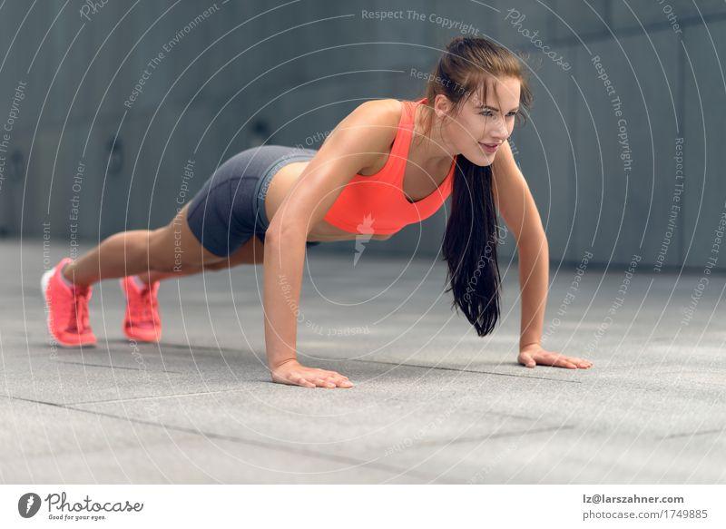 Geeignete junge Frau, die StoßUPS tut Mensch Jugendliche Sommer 18-30 Jahre Erwachsene Sport Lifestyle Textfreiraum Fitness dünn brünett Kleinstadt Entwurf üben