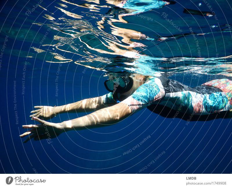 Schnorcheln unterm (Wasser-)Spiegel Schwimmen & Baden Freizeit & Hobby Ferien & Urlaub & Reisen Sommer Meer Wellen feminin Junge Frau Jugendliche Erwachsene